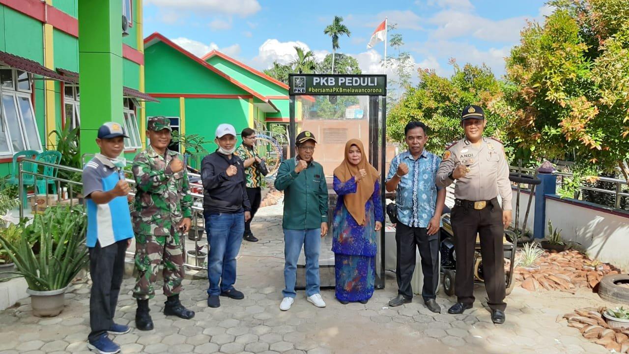Bersama Ketua DPC PKB, Anggota DPRD Inhil Serahkan Bilik Sterilisasi untuk Kecamatan Batang Tuaka