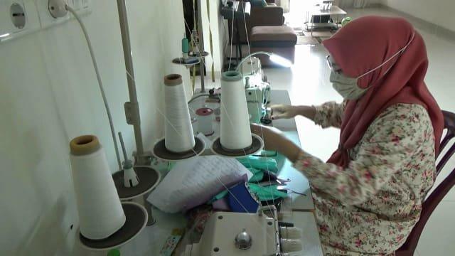 Pasangan Suami Istri di Pekanbaru  Bagi-bagi Masker Gratis Buatan Sendiri