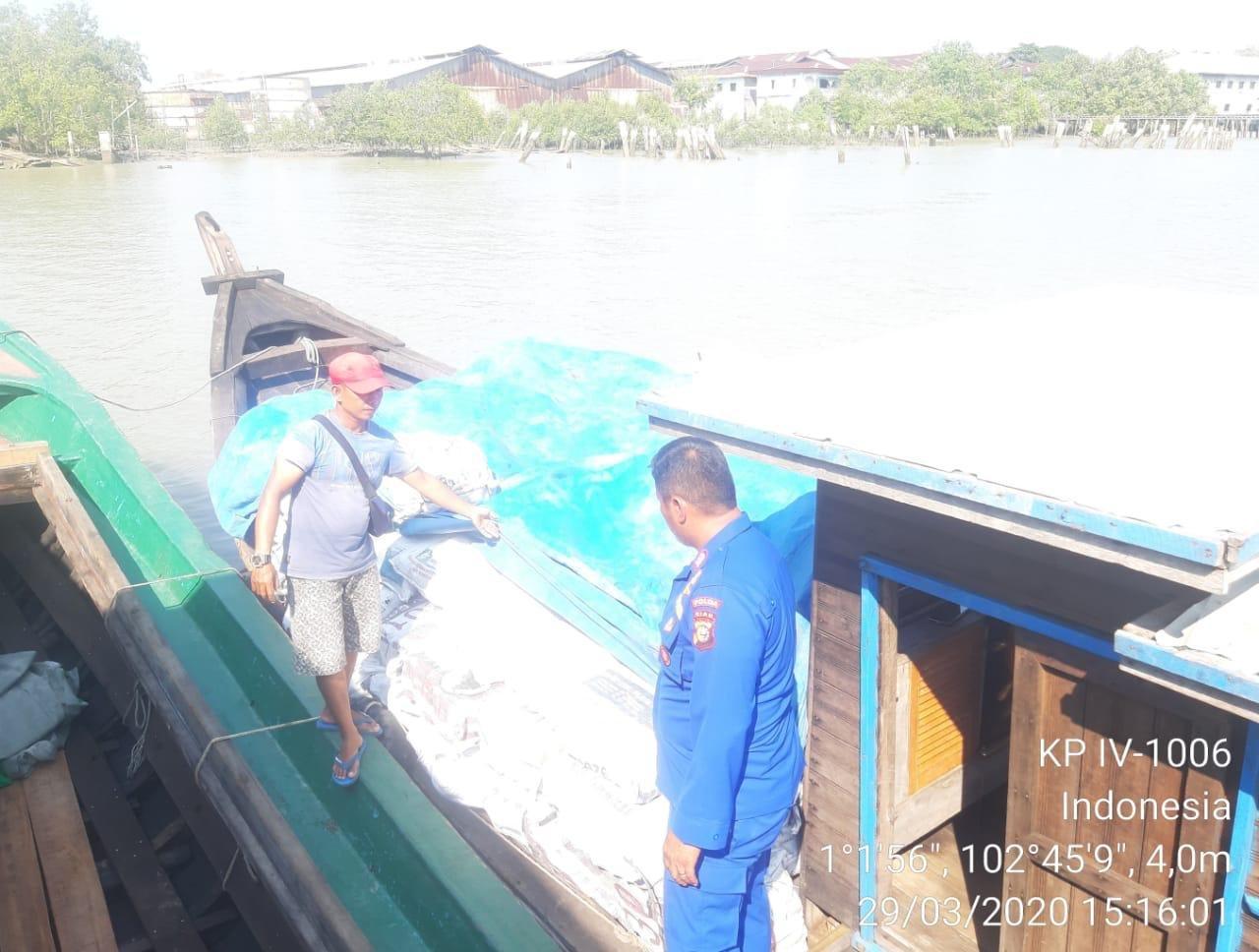 Ditpolair Polda Riau Amankan 1 Unit Kapal Yang Berisi 10 Ton Arang
