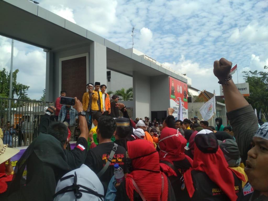 Tuntut Keadilan, Ratusan Masa Aksi Gempar Goyang Pagar Kejati Pekanbaru
