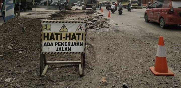 Tanggapi Keluhan Warga, Dinas PUPR Dumai Perbaiki Jalan Berlubang