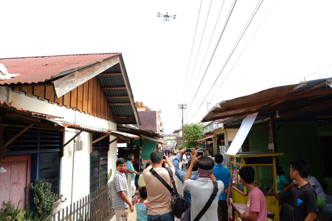 Drone Spraying Khusus Dikerahkan Polda Riau untuk Penyemprotan Pemukiman Warga
