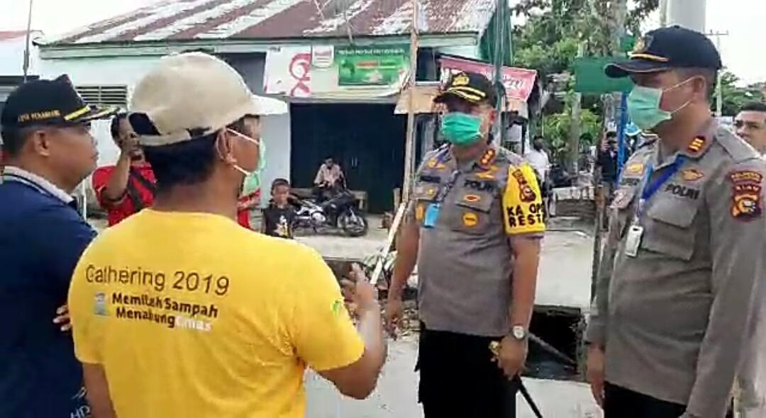 Kedepankan Cara Persuasif, Kapolresta Buka kembali Akses Jalan yang di Lockdown Warga di Pekanbaru