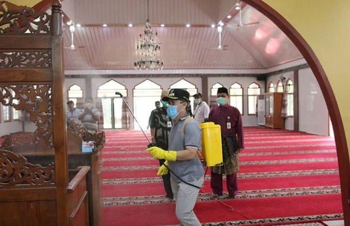 Wako Dumai Semprot Cairan Disinfektan di Rumah Ibadah